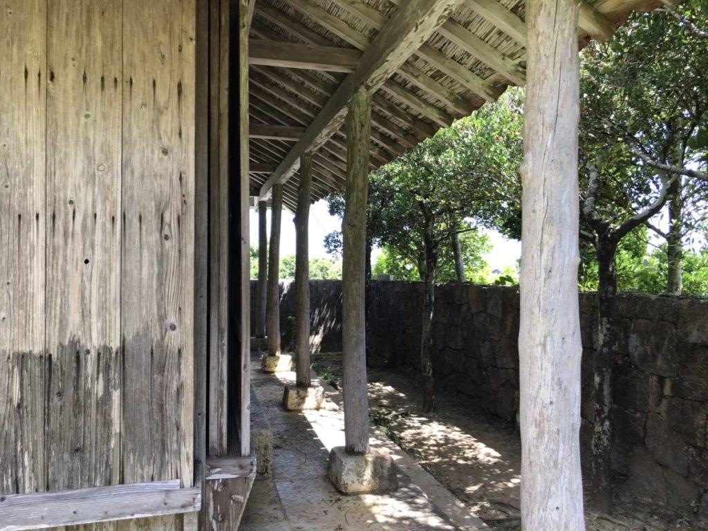 沖縄の家木漏れ日